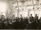 Bijeenkomst in de grote zaal. Let even op de dakconstructie. Nog helemaal zichtbaar