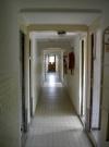 De gang naar de slaapkamers beneden... wel erg lang en smal