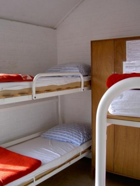 Slaapkamertje met stapelbedden voor 4 personen! De kast past er ook nog in. Precies op maat gemaakt