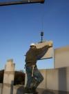 19 December: Het metselwerk is in volle gang: met behulp van een mobiele kraan worden de muurblokken geplaatst