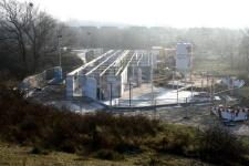 9 Januari 2006: Het metselwerk van de begane grond is klaar en de stutten voor ondersteuning wachten op het plaatsen van de vloerplaten