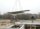 12 Januari 2006: Hier gaat de vloerplaat met de uitsparing voor het trapgat (midden in het gebouw) naar z'n bestemming