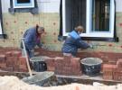 9 Februari: Metselaars onverstoorbaar bezig met het metselen van de buitenmuur