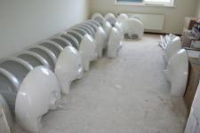 17 Mei: De wasbakken staan klaar voor montage