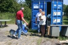 12 Juni: Zoeken in de zeecontainer naar de schoonmaakmiddelen