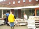 26 Juni: Deelnemers van de Internationale Jeugd helpen ons bij het binnenbrengen van de 80 bedden