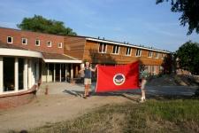 2 Juli: Vol trots staan Piet en Ferry met de NIVON-vlag voor onze nieuwe Banjaert