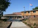 13 Juli: De entree van Banjaert maakt een vriendelijke, kleinschalige indruk. Met een mooi sedum dak