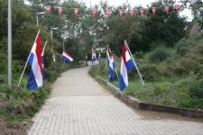 Hoe komt een 'rode' organisatie aan zo veel Nederlandse vlaggen ? Heel eenvoudig ! Gewoon lenen bij de buren.