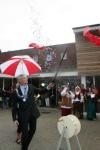 Met het ridderlijk zwaard prikt de burgemeester van Beverwijk, de heer Weterings, de ballon stuk