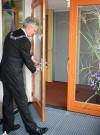 Burgemeester Weterings verricht met het openen van de deur de officiële openingshandeling van Banjaert
