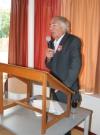 Ceremoniemeester Joop Buschman leidt de sprekers in